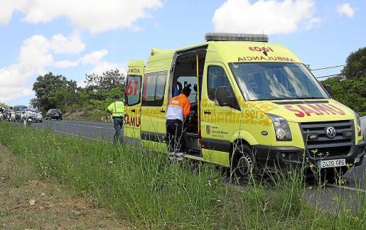 Una ambulancia atiende un accidente en la carretera de Santa Eulària.