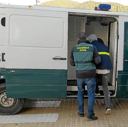 Imagen del traslado del detenido a los juzgados de Ibiza.