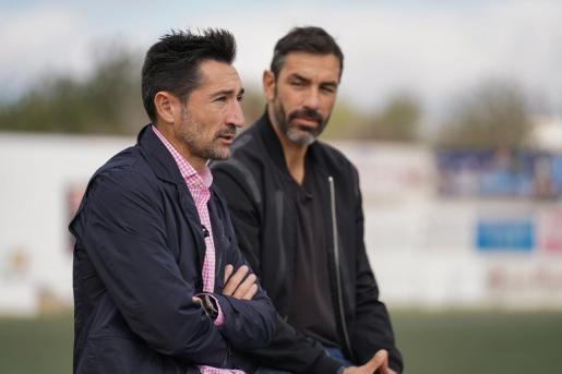 Casañ, con Pirès al fondo, en plena entrevista.