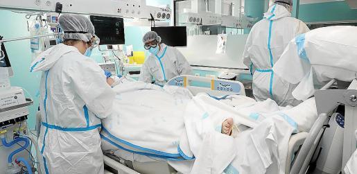 Varios profesionales atienden a un paciente en la UCI de Son Llàtzer.