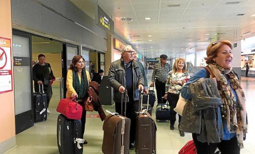 Un grupo de Imserso en el aeropuerto de Ibiza.