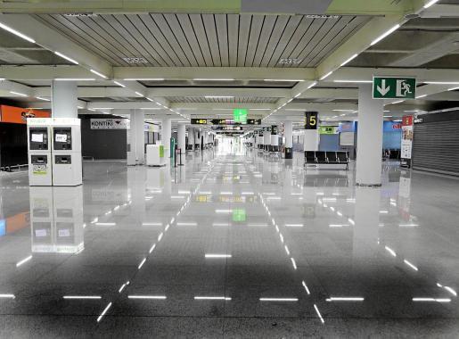 Imagen de una terminal del aeropuerto de Son Sant Joan completamente vacía.