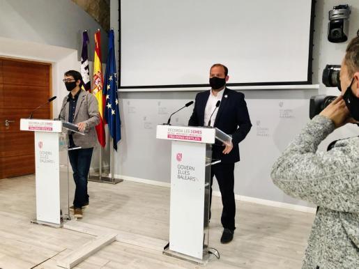 El portavoz del Govern, Iago Negueruela, junto al conseller de Medio Ambiente y Terrirtorio, Miquel Mir. - CAIB