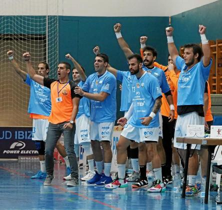Tilves y varios de sus pupilos celebran un gol durante el partido entre la UD Ibiza y el Acanor Novás.