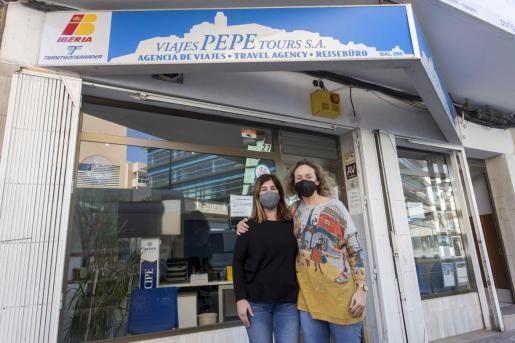 Silvia Torres, a la izquierda, ayer a mediodía junto a una empleada de la agencia que fundó su padre.