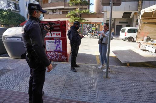 Agentes de la Policía Local en una calle de Vila.