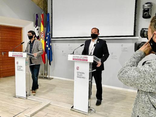 Iago Negueruela y el conseller de Medioambiente, Miquel Mir, ayer durante la rueda de prensa.