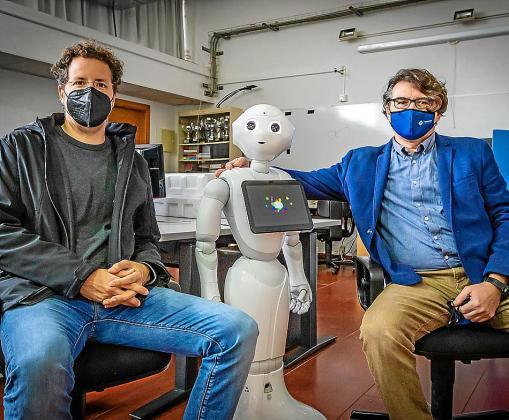 Un robot, entre Antoni Jaume y Francisco Perales, de la UIB.