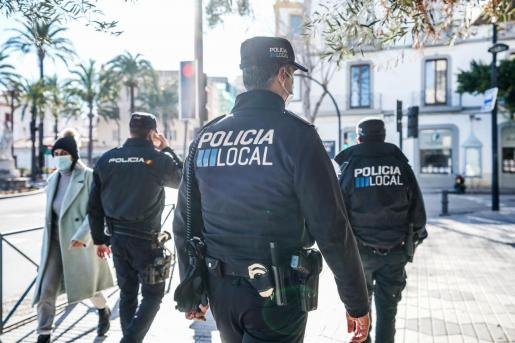 Agentes de la Policía Local de Ibiza, junto a un agente de la Policía Nacional.