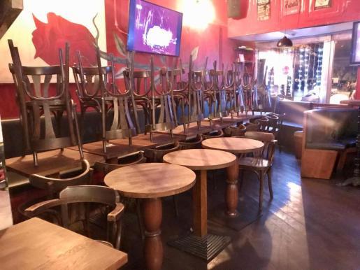 Un bar cerrado de Ibiza por las restricciones por la pandemia.