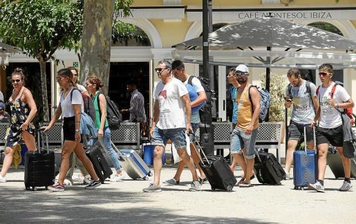 Varios turistas portan sus maletas por el paseo de Vara de Rey, en Vila.