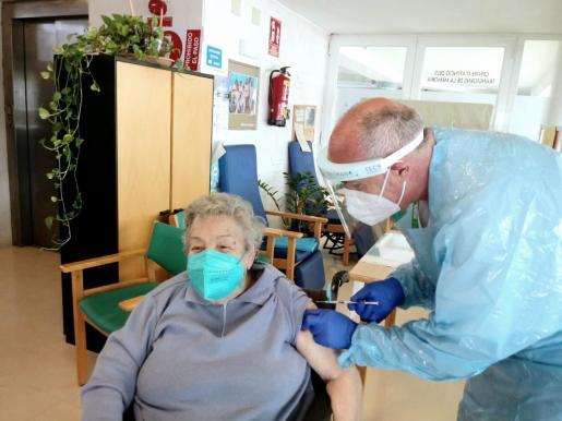El enfermero José Antonio Espejo administra la vacuna a Antònia Muntaner, de 86 años, en el Centro de Atención de los trastornos de la memoria de Cas Serres.
