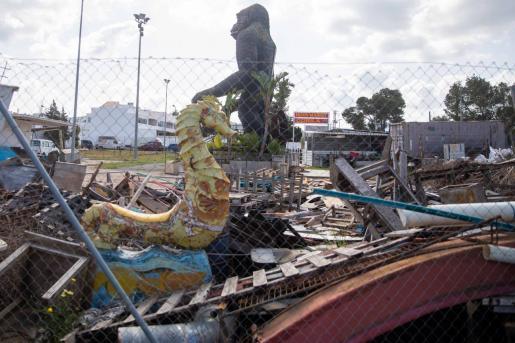 La figura del gorila que preside el recinto junto a residuos.