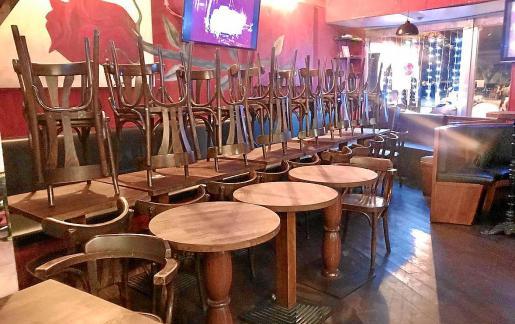 Imagen de archivo de un bar de Ibiza con todas sus sillas almacenadas al no poder abrir sus puertas.