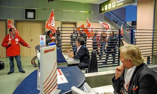 Mientras dos empleadas de Iberia se mantienen en sus puestos de trabajo, un piquete sindical recorre la terminal aeroportuaria sin provocar mayores incidencias.