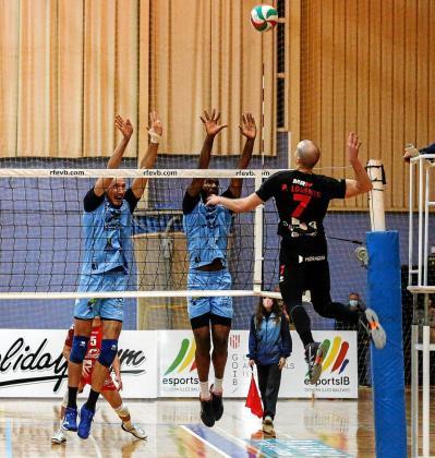 García-Torres e Iván Hurtado, de la UD Ibiza Ushuaïa, tratan de bloquear un remate de Lorenzo, del Almoradí.