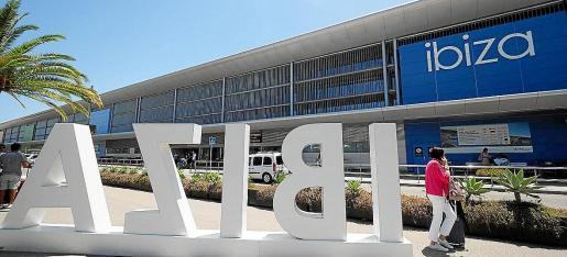 Imagen de archivo de la zona de llegadas del aeropuerto de Ibiza.