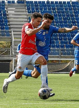 Serrano, defendido por Cabrero, avanza con el balón.