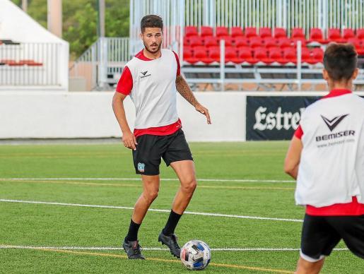 Mena conduce el balón durante un entrenamiento del Formentera.