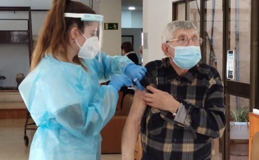 Una enfermera vacuna a un hombre en Palma, donde se ha comenzado a vacunar en los centros de salud.