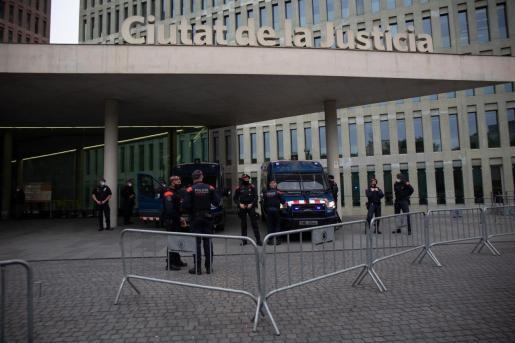 Mossos d'Esquadra ante la Ciutat de la Justícia, el día en que el expresidente del Barça Josep Maria Bartomeu pasa a disposición judicial.