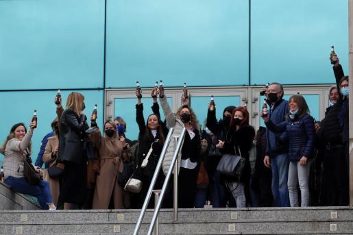 - Amigos, familiares y miembros de la profesión brindan como último homenaje al cómico y actor Enrique San Francisco a la salida de la capilla ardiente en el tanatorio norte Nuestra Señora de los Remedios en Madrid este martes.