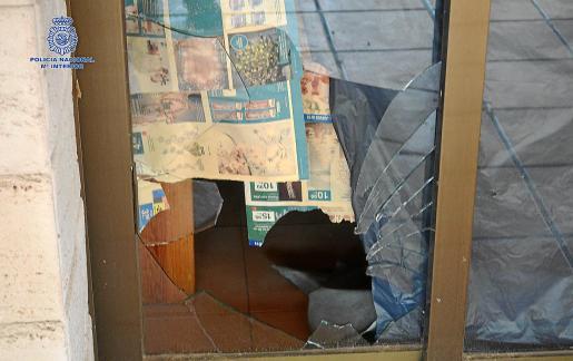 Imagen de la puerta de cristal que el detenido reventó para cometer el último robo con fuerza que le imputan.