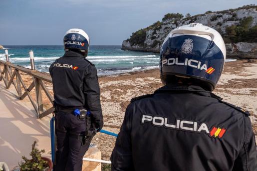 MANACOR (MALLORCA) 13/04/2020.- Dos policías patrullan por la playa s ´Estany d´en Mas, en Manacor, este lunes. El conseller de Modelo Económico, Turismo y Trabajo, Iago Negueruela, comparecerá en rueda de prensa telemática para explicar las estimaciones del Govern del impacto económico de la COVID-19 en Baleares. EFE/Cati Cladera Playas vacías durante el confinamiento por coronavirus