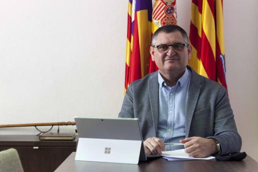 Ángel Luis Guerrero, en su despacho del Ayuntamiento de Sant Josep.