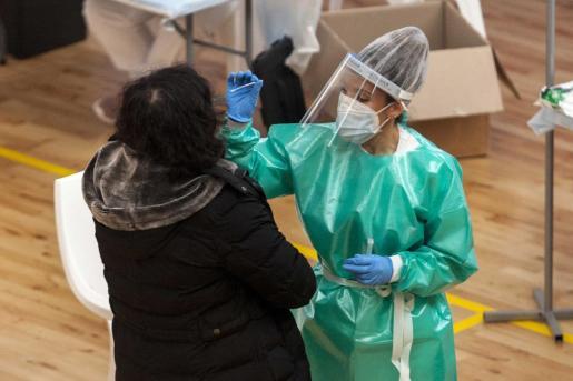Una vecina de Ibiza se realiza un test de antígenos durante uno de los cribados masivos realizados en la isla.