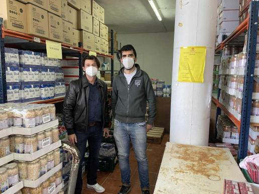 El gerente del Club Nàutic Sant Antoni, junto a Antonio Mohedas, director de Cáritas, en el momento de la entrega.