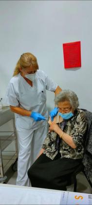 Una de las vacunadas en las Pitiusas desde el miércoles.