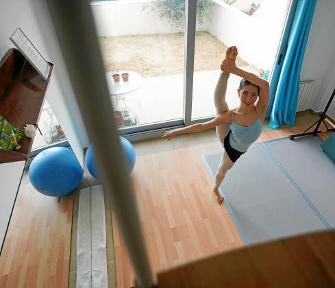 Gracias al esfuerzo de su familia, Mara Aguirre cuenta con un mini gimnasio en el salón de la vivienda donde vive en Sant Josep.