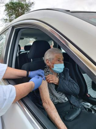 Josefa Tur Torres, de 96 años, recibe la vacuna en Sant Antoni.