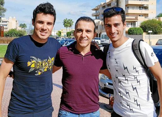 Javier Gómez Noya, a la izquierda, y Mario Mola, a la derecha, escoltan a Dani Becerra, fundador del Club Atletismo Ibiza y organizador del evento.