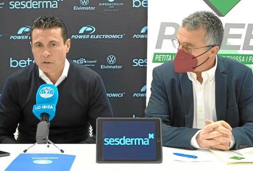 Amadeo Salvo y Alfonso Rojo, presidentes de la UD Ibiza y de Pimeef, respectivamente, ayer en el estadio de Can Misses.