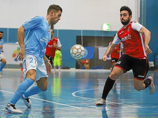 León controla el balón ante la presencia de un jugador rival.