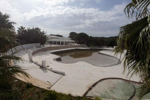Aspecto que presentaba ayer la piscina central de las instalaciones del antiguo Aqualandia, que se denominará Club Seventyseven Ibiza