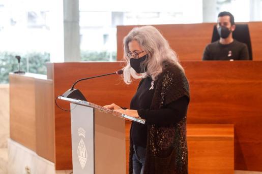 La directora de la Oficina de la Dona, Toñi Ferrer, leyó el manifiesto en el Consell.