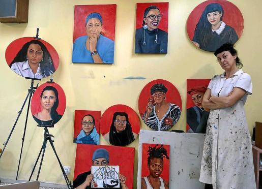 El proceso se hizo entre Nueva York y la isla de Ibiza. La artista ibicenca con sus óleos ya pintados y terminados.