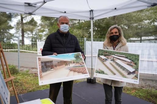 El arquitecto Josep Ribas y Carmen Ferrer, alcaldesa de Santa Eulària, en la presentación del proyecto.
