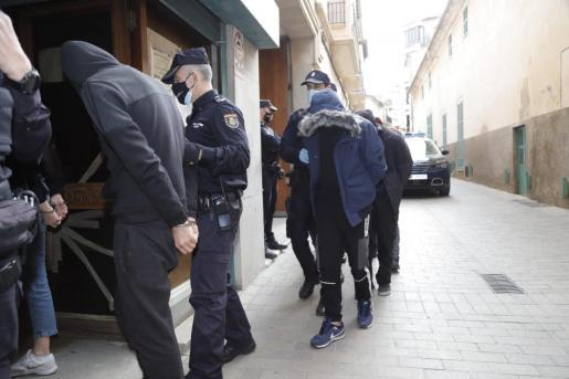 Traslado de los detenidos desde la Jefatura de la Policía Nacional de Palma.
