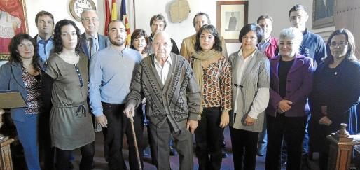 En la imagen, los protagonistas centrales del acto celebrado en Santa Maria del Camí: la familia de Sebastià Pastor, su padre, su viuda y sus hijos, junto a los representantes de la revista 'Brisas', la alcaldesa Maria Rosa Vich y los bodegueros de Santa Maria.