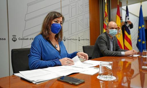 Francina Armengol y Vicent Marí, durante la reunión con los alcaldes.