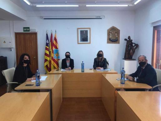 La presidenta del Consell de Formentera, Alejandra Ferrer (izquierda) y la consellera de Salut, Patricia Gómez.