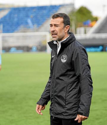 Carcedo da instrucciones a sus jugadores durante el UD Ibiza-Valencia Mestalla.