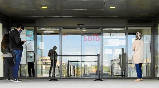 Usuarios esperan su turno para acceder a las oficinas del SEPE.