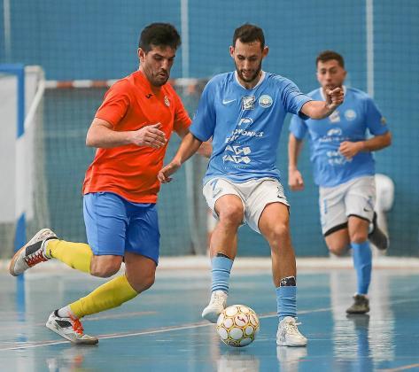 Mehdi, de la UD Ibiza Gasifred, avanza con el balón ante la presión de un jugador de La Unión.