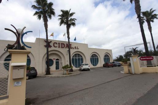 La fachada de la sede situada al borde de la carretera de Santa Gertrudis, en la zona de Can Clavos.