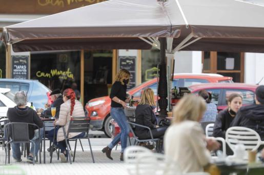 Sílvia Moreta sirve un desayuno ayer en la terraza de su negocio en la plaza de Sa Graduada